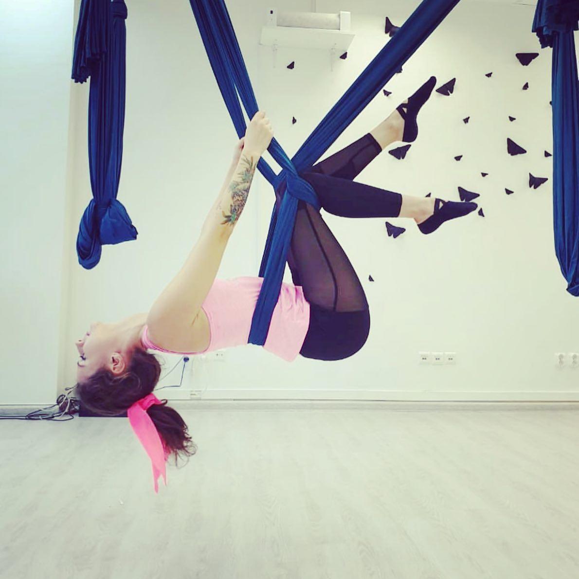 """FLYSTRETCH – это растяжка в гамаках (в воздухе). ⠀  Регулярные занятия растяжкой в гамаках в студии растяжки и стретчинга в Калининграде """"Эффект Бабочки"""" помогут вам:⠀  проработать абсолютно все группы мышц, что часто не представляется возможным сделать на обычной тренировке в фитнес зале;⠀  устранить напряжение и болевые ощущения в различных частях тела, за счет расслабления и вытяжения сокращенных после нагрузок мышц;⠀  снять накопленный стресс, усталость, стимулировать кровообращение;⠀  похудеть, улучшить осанку и обрести естественную гибкость. ⠀  Занятия на гамаках обладают высокой эффективностью, и при этом доступны даже новичкам. Уровень подготовки: любой. ⠀ Начать заниматься можно в любое время при наличии свободных мест в группе. ⠀  Девочки, Количество мест в группе ограничено! ⠀  Спешите записаться на тренировку по телефону 8-909-788-29-08, пишите в Директ/Viber/WhatsApp или на нашем сайте www.mybutterfly39.ru ⠀"""