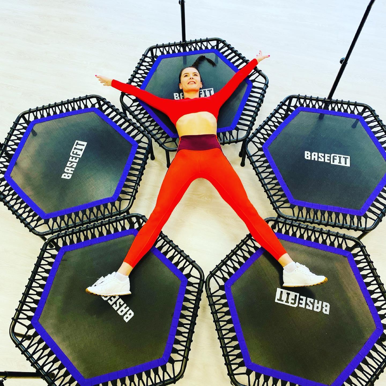 Хочешь похудеть к лету? Тогда мы ждём тебя.🤗  Джампинг (Jumping) — это система кардиотренировок на мини‑батутах, придуманная чешскими фитнес‑инструкторами.  Во время сессии джампинга спокойные шаги, покачивания и упражнения на баланс чередуются с интенсивными спринтами и высокими прыжками. За счёт таких интервалов пульс остаётся высоким на протяжении всего занятия, а человек не нуждается в отдыхе и тратит много калорий.  Батут, ️зажигательная музыка,элементы танцевальных движений 🏻 — всё это делает тренировки действительно весёлым занятием.  Вы будете потеть и часто дышать, но при этом заряжаться хорошим настроением.  Кроме того, в ответ на аэробную активность мозг выработает больше серотонина — гормона удовольствия, который только поддержит ваш позитив после тренировки.  ️Суббота в 11:30 (по предварительной записи).️  🦋С заботой о тебе, студия «Эффект бабочки» 🦋  ⠀ ️Спешите записаться на тренировку по телефону 8-909-788-29-08, пишите в Директ/Viber/WhatsApp или на нашем сайте www.mybutterfly39.ru ⠀