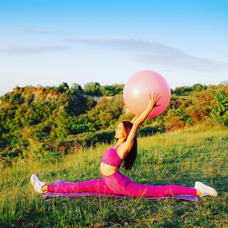 Шпагат за месяц! Миф или реальность?  До сих пор есть те, кто в это верит? 🤪  ⠀  Скорость достижения результата зависит от нескольких факторов: - изначальные физиологические данные,⠀ - спортивная подготовка,⠀ - болевой порог,⠀ - умение расслабляться,⠀ - наличие или отсутствие других видов физической активности,⠀ - координация движений и чувство собственного тела,⠀ - также возможность регулярно посещать занятия и мотивация. ⠀  На моем опыте были люди, которые приходили без подготовки и на первом же занятии смогли сесть на шпагат, а были люди, кому меньше повезло с природной гибкостью, и им потребовалось до полугода регулярных тренировок. ⠀  Самое главное – не соревноваться в скорости, потому что есть вероятность получить травму и приостановить занятия. ⠀  Поэтому верить, что любой и каждый за 1 месяц сядет на шпагат, не стоит!🤥 ⠀ Не стоит расстраиваться, если вы не из тех счастливчиков, которым растяжка дается легко. Поверьте, занятия дают вашему телу гораздо больше, чем просто эффектную позу для поста в социальных сетях. ⠀ Начав заниматься, уже через пару недель вы почувствуете легкость и свободу в теле, изменения осанки, мышцы придут в тонус, сократятся проявления целлюлита и вы почувствуете прилив энергии. Хотя бы ради этого стоит добавить в свой график занятия растяжкой пару раз в неделю, а шпагат станет приятным бонусом. ⠀  Запись по телефону 89097882908 или в Директ.