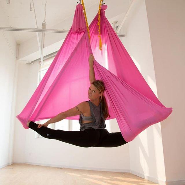 занятияв гамаке — самый приятный и безопасный способ добиться непревзойденной растяжки, укрепить мышцы и суставы, сделать свою фигуру идеальной. Fly stretching — это тренировки на весу, основанные на чередовании напряжения и полного расслабления мышц. ⠀ Если вы ни разу не занимались аэрострейчингом, вы будете удивлены от того, насколько гибким и эластичным может быть ваше тело. То, что не удавалось сделать на полу, обязательно получится в подвесном гамаке. Вы даже не заметите, как ваши суставы начнут вращаться на 180°, а тело обретет пластичность кошки. ⠀ Запишитесь на стретчинг в гамаке, если хотите:⠀ ? добиться стабильной растяжки;⠀ ? избавиться от лишнего веса проработать и подтянуть «проблемные зоны»;⠀ ? привести в тонус глубинные мышцы, о наличии которых вы ранее не подозревали;⠀ ? улучшить подвижность суставов и связок;⠀ ? обрести королевскую осанку;⠀ ? повысить стрессоустойчивость и выносливость организма;⠀ ? поднять уровень физической подготовки с минимальным риском травмироваться;⠀ ? получить фантастические ощущения от тренинга;⠀ ? гордиться своими достижениями и полученным результатом. ⠀ ? Вы еще сомневаетесь?⠀ ? Записывайтесь на первое пробное занятие и Вы убедитесь, что тренировки в студии«Эффект Бабочки»не только полезны для здоровья, но и очень увлекательны и интересны! ⠀ #эффективнаярастяжка #стретчингкалининград #отличнаярастяжка #полезнаярастяжка #здоровыйпозвоночник #занятиевгамаках