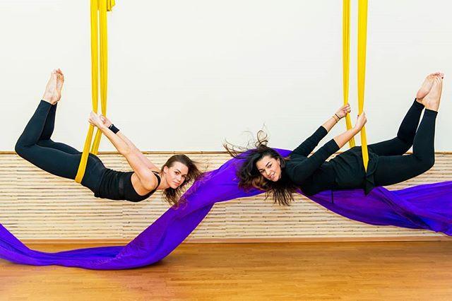 ?Fly stretching (aero stretching или растяжка в гамаках) — тренировка с использованием гамаков для плавного растяжения мышц всего тела, увеличения подвижности и эластичности связочного и суставного аппаратов. Секрет тренировки не только в упражнениях — подлинный ключ к успеху в том, что гамак помогает выявить индивидуальные возможности гибкости каждого участника на занятии, обеспечивая безопасное выполнение упражнений. ⠀ ? В отличие от привычных тренировок на твердой поверхности занятия в гамаке заставляют ваше тело адаптироваться к новым условиям. Гамак раскачивается, и вы раскачиваетесь вместе с ним, благодаря этому все мышцы организма включаются в работу. В результате развиваются 90% мышц всего тела. ⠀ ? А положения «вниз головой» улучшают кровообращение и насыщают кислородом головной мозг, что, в свою очередь, влияет на умственное функционирование, концентрацию, память и эмоции. Эффективно тренируется вестибулярный аппарат. ⠀ ? Записывайтесь на занятия Аэростретчингом в Калининграде по телефону, пишите в Директ или на нашем сайте www.mybutterfly39.ru ⠀ #студияэффектбабочки #эффективнаярастяжка #растянемтело #стретчингкалининград #гамакивкалининграде #тренировкавгамаке #красивоетело #followme #хочурастяжку