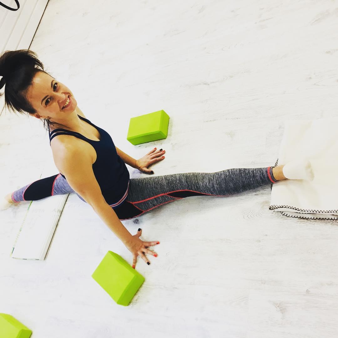 А у нас новый шпагат🤩😍 Поздравляем 🎈 Викторию 🎈 с красивым шпагатом! ❤️ 👏🏻 #рястяжкавгамаках  #шпагат#этокрасиво✨  #здоровьеикрасота  #stretching #flystretching 🦋#эффектбабочки 🦋